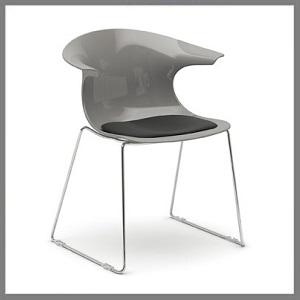 stoelen in kunststof / metaal